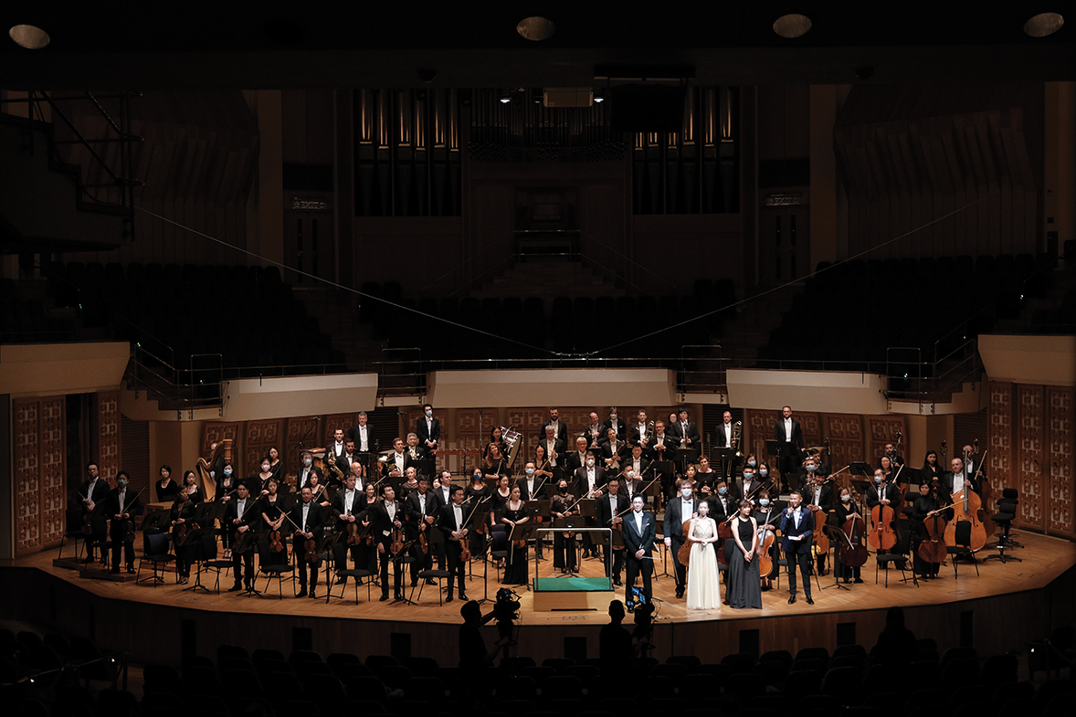 Hong Kong Philharmonic Orchestra and conductor Lio Kuok Man together with the soloists. (Photos credit: Ka Lam / HK Phil)